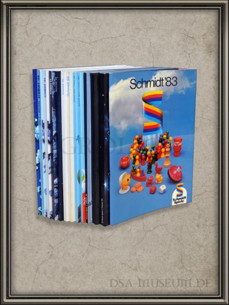 Sammlung der Schmidt Spiele Händlerkataloge mit dem DSA-Sortiment